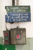 Alter Notstromschalter in einer Fabrik Lizenzfreies Stockbild