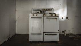 Alter Ofen, der in einem verlassenen Raum sitzt stockbilder