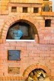 Alter Ofen des roten Backsteins und ein Topf Stockbild