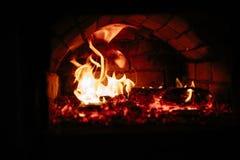 Alter Ofen mit Flammenfeuer Stockfotografie