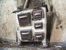 Alter Ofen in verlassenem ländlichem Bauernhof stockfotos