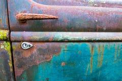 Alter Oldtimer, Autofriedhof-Hintergrund Lizenzfreies Stockfoto
