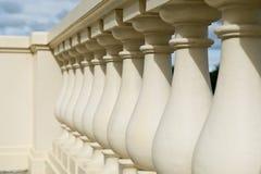 Alter Palastbalkon mit Säulen lizenzfreie stockfotografie