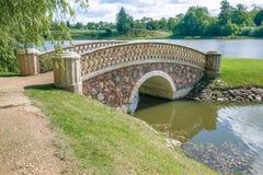Alter Park mit Brücke und Insel lizenzfreie stockfotografie