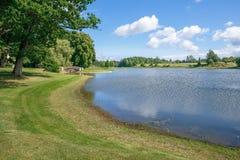 Alter Park mit Brücke und Insel lizenzfreies stockbild