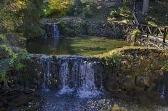 Alter Park Tsarska oder königliches Bistritsa mit terassenförmig angelegtem Fluss und anders als Bäumen im ehrwürdigen herbstlich stockfotos