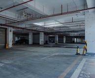 alter Parkplatz mit Beleuchtung, konkretes Gebäude stockfoto