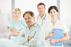 Alter Patient mit Doktoren und Krankenschwester Stockbild