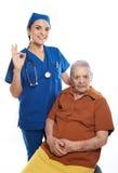 Alter Patient mit Krankenschwester Stockfoto