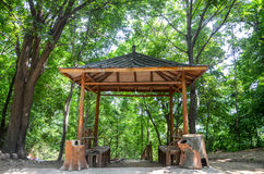Alter Pavillion im Wald Stockbild