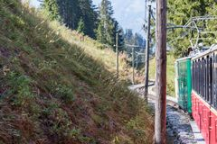 Alter Personenzug auf seiner Weise zu Schynige Platte von Interlake stockfotos