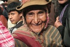 Alter peruanischer Mann, der glücklich mit geknittertem Gesicht lächelt lizenzfreie stockfotos