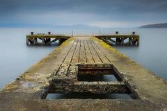 Alter Pier auf blauem Meer Stockbilder