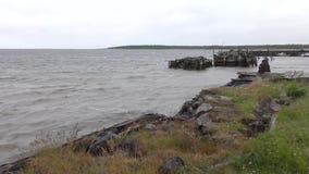Alter Pier auf dem weißen Meer stock footage
