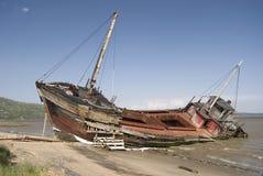 Alter Piraten-Schiffbruch auf einem Strand Stockbild