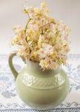 alter Pitcher mit Blumen der Kastanie Stockfotografie