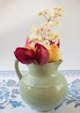 Alter Pitcher mit Blumen von Tulpen Lizenzfreies Stockfoto