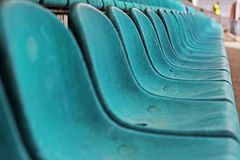 Alter Plastiksitz im Stadion, Hintergrund Stockfotografie