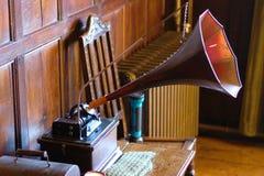 Alter Plattenspieler mit Horn auf einer Tabelle stockfotos