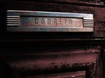 Alter Postschlitz in der alten Tür Lizenzfreies Stockfoto