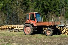 Alter protokollierender Traktor auf dem Gebiet Stockbild