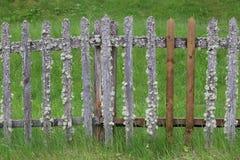 Alter provinzieller Retro- Zaun mit ungewöhnlichen Elementen lizenzfreie stockfotos