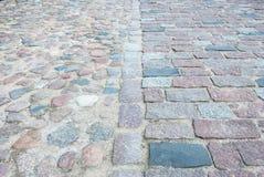 alter quadratischer Steinboden Stockbild
