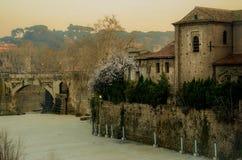 Alter römischer Fabricio Bridge Ponte Fabricio, Tiber-Insel Isola Tiberina und Fluss Tiber Stockbilder