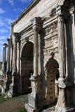 Alter römischer Marmortriumphbogen von Septimius Severus (ACRO d Stockfotografie