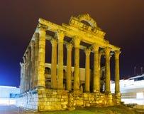 Alter römischer Tempel in der Nacht Stockbilder
