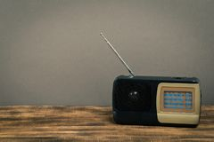Alter Radio auf Holztisch mit Farbwandhintergrund stockbild