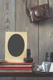 Alter Rahmen für Fotos, Fotoalben und Ausrüstung Lizenzfreie Stockfotos