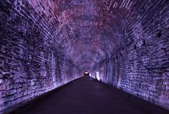 Alter Rarilway-Tunnel beleuchtet im Purpur, Brockville, Ontario, stockfoto