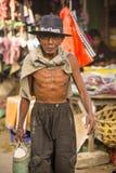 alter Raucher am Markt, Dorf Toyopakeh, Nusa Penida am 24. Juni Indonesien 2015 Stockfotografie