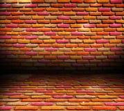 Alter Raum mit Backsteinmauer Stockbilder