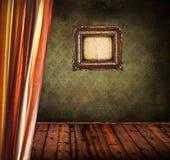Alter Raum mit Vorhang und antikem Rahmen lizenzfreie stockfotos