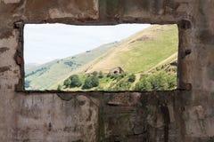 Alter Raum und eine Landschaftsansicht durch das Fenster Stockfotografie