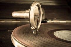 Alter Rekordspielergriffel auf einer drehenden Diskette Lizenzfreies Stockfoto