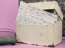 Alter Rezept-Kasten mit einem Rezept für Divinty-Vertretung Stockbild