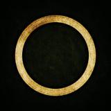 Alter Ring auf abstraktem Beschaffenheitshintergrund Lizenzfreies Stockbild