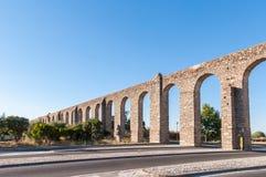 Alter römischer Aquädukt in Evora Stockfotos