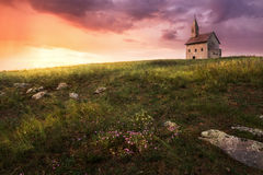 Alter Roman Church bei Sonnenuntergang in Drazovce, Slowakei Stockbild