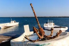 Alter rostiger Anker auf Fischerboot lizenzfreies stockbild
