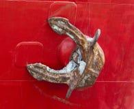 Alter rostiger Anker eines roten Frachters Lizenzfreie Stockfotografie