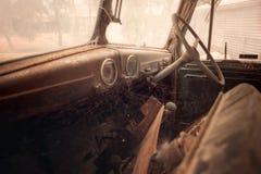 Alter rostiger Autoinnenraum Stockbilder