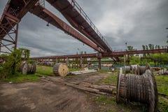 Alter rostiger BockBrückenkran in verlassener Fabrik stockbilder