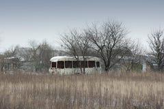 Alter rostiger Bus auf dem Gebiet stockfotos