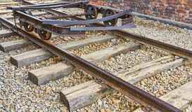 Alter rostiger delapidated Eisenbahnwarenkorb auf einer Bahn lizenzfreies stockbild