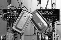 Alter rostiger elektrischer Transformatorkasten mit Drähten Stockfotografie