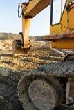 Alter rostiger Exkavator, der in den Schlamm gräbt Lizenzfreie Stockfotos
